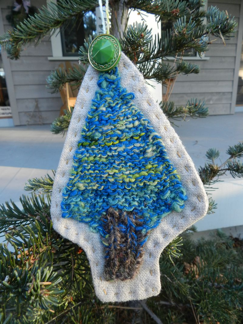 Knitted tree ornament with glass button- tree from Kaite (1)